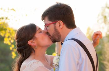 La boda de Víctor y Esther: diversión y romanticismo en un auténtico festival veraniego