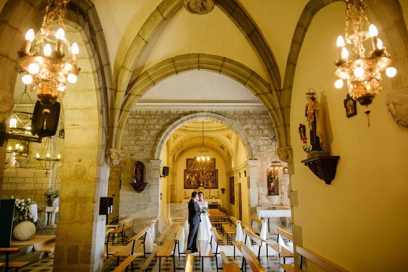 Interior de una capilla el día de la boda con la pareja a punto de hacer su salida