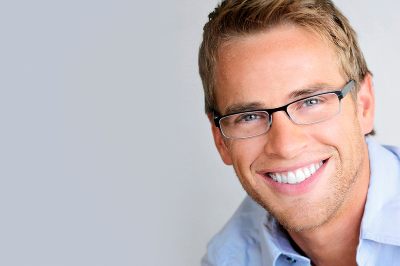 Chico sonriente después de hacerse un blanqueamiento dental
