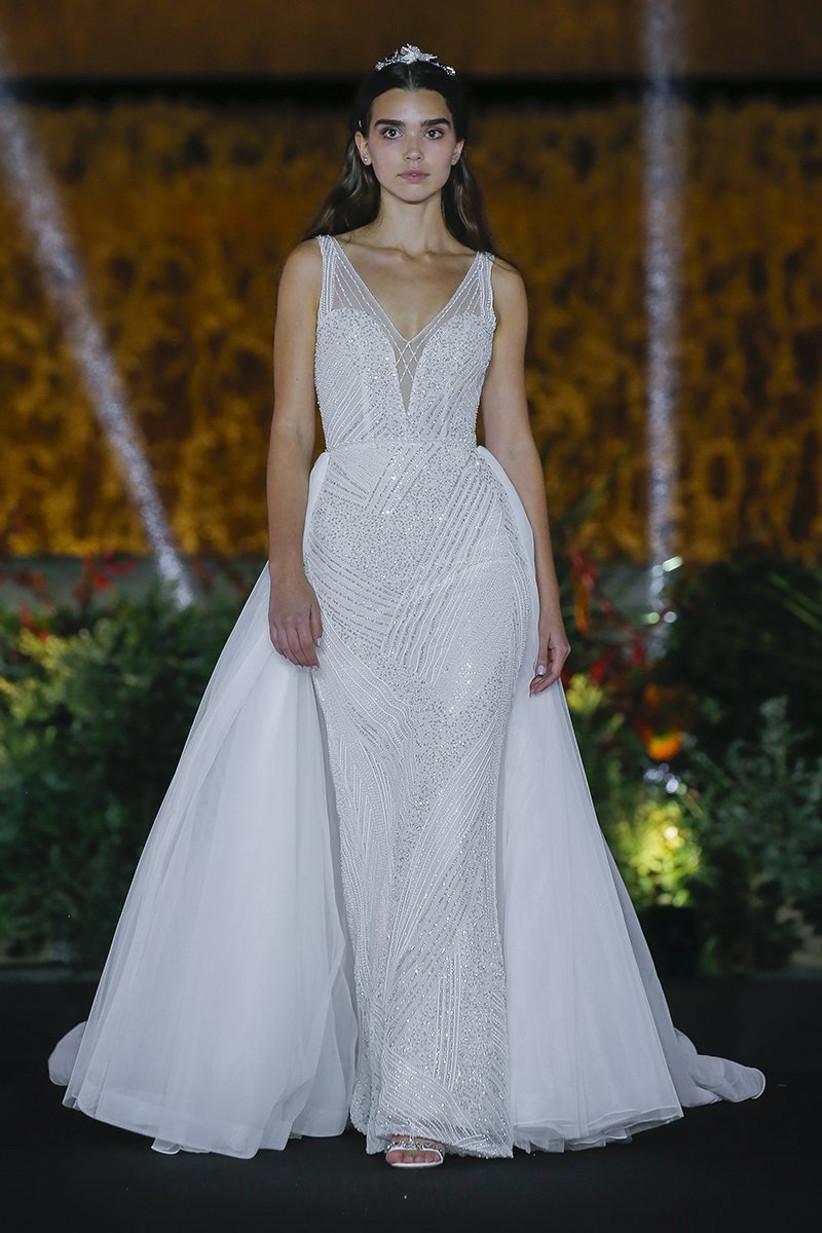 Vestido de novia entallado con cola desmontable, de House of St. Patrick 2022, ideal para el día de la boda