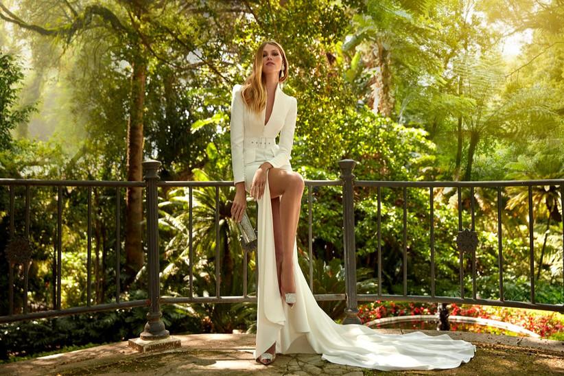 vestido de novia largo de la colección Amazónica de  Valerio Luna 2022 con corte sirena, escote en V y falda con sexy abertura