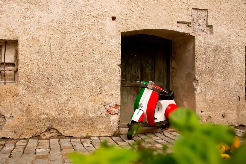 Vespa con la banderada italiana aparcada en Roma