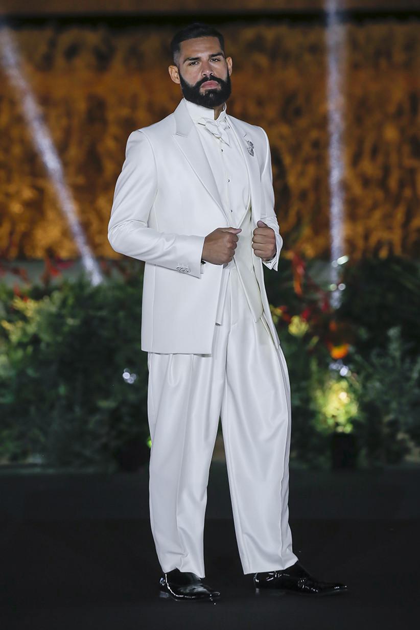 Traje de novio de color blanco con pantalones anchos y ligeros, de Carlo Pignatelli 2022, para el día de la boda