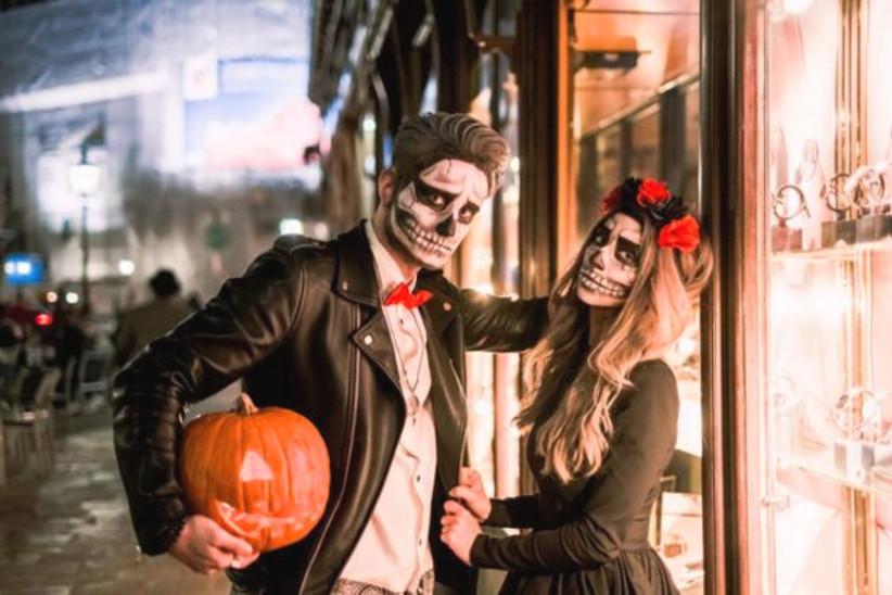 disfraz de calavera con el maquillaje facial de la Catrina, inspirado en el Día de los Muertos, ideal para celebrar el día de Halloween en pareja
