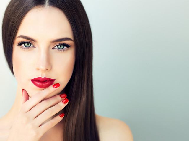 Tutorial de maquillaje de fiesta con labios rojos