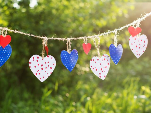 Guirnaldas de corazones de papel. Fáciles... ¡y muy resultonas!