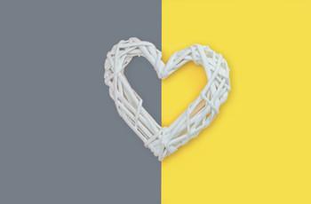 Illuminating + Ultimate Gray, el Color del Año 2021 que no puede faltar en la decoración de vuestra boda