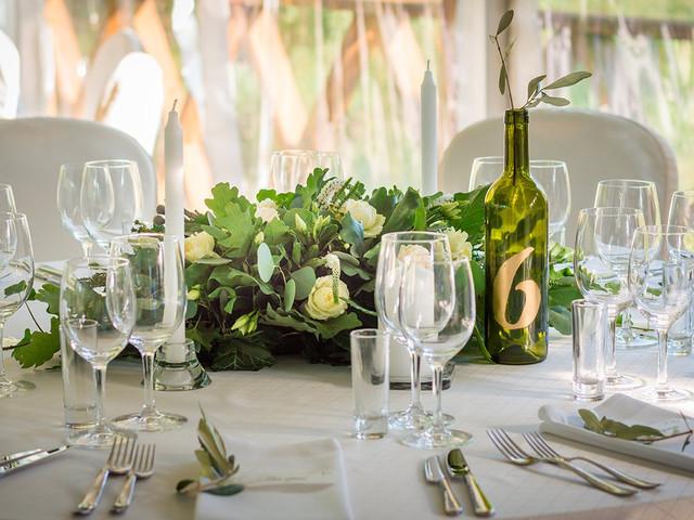 Meseros de boda con botellas de vino