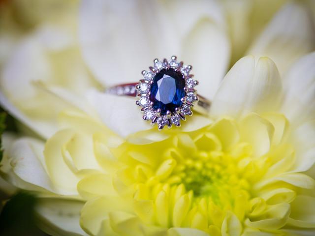 Anillos de compromiso con piedras preciosas azules: 25 irresistibles (y magníficas) propuestas