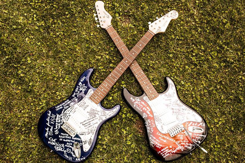 dos guitarras eléctricas firmadas, imprescindibles en la decoración de una boda rockera