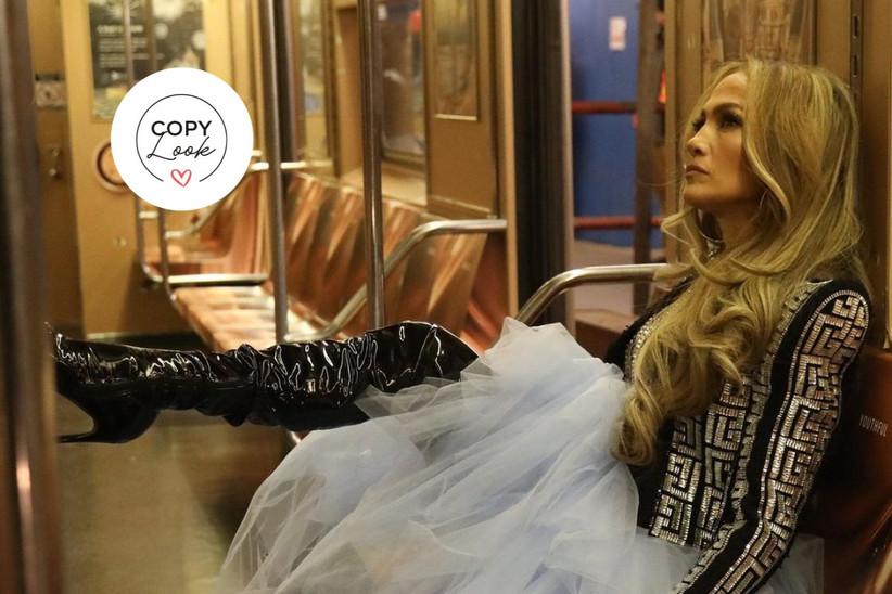 jennifer lopez en el metro en un rodaje con un vestido de novia azul de tul, una chaqueta de Balmain y unas botas altas de cuero