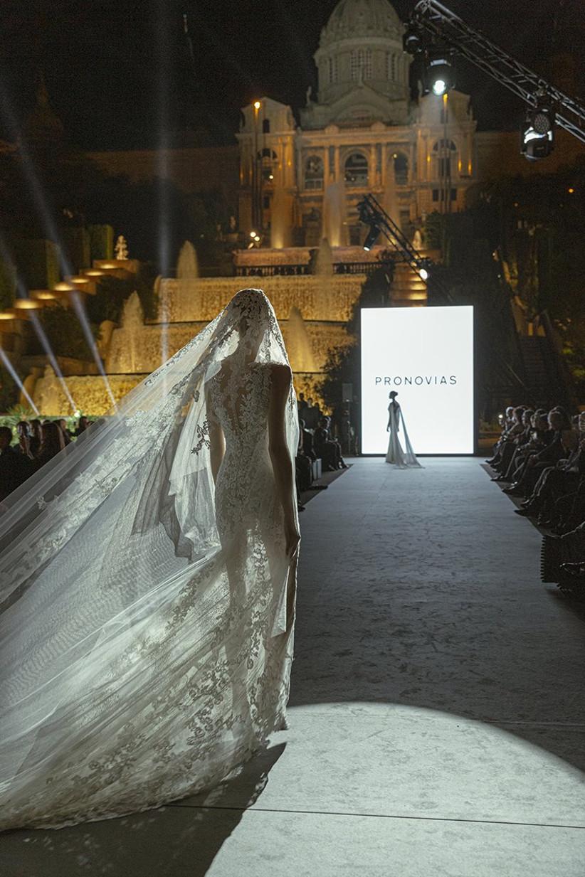 Pasarela nupcial de la Barcelona Bridal Fashion Week 2021 durante el desfile de Pronovias, con un modelo sexy lleno de encaje ideal para la boda