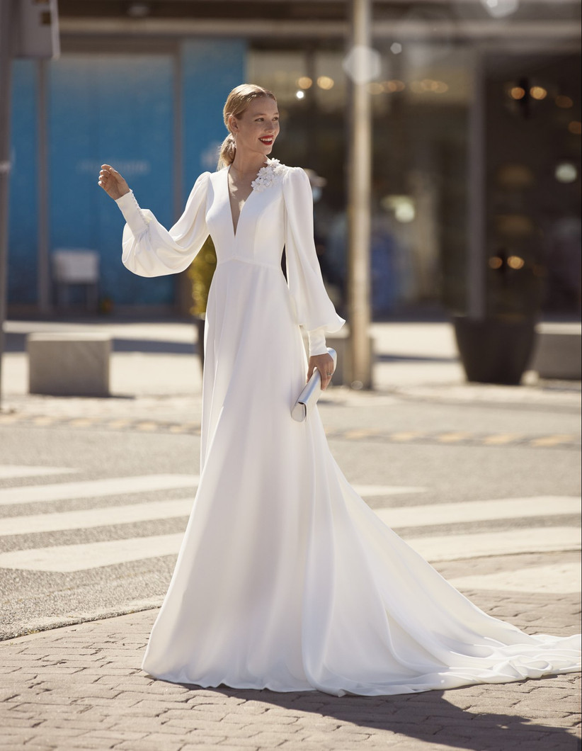 vestido de novia elegante y minimalista de la colección Brisa de Manu García 2022 con mangas largas abullonadas
