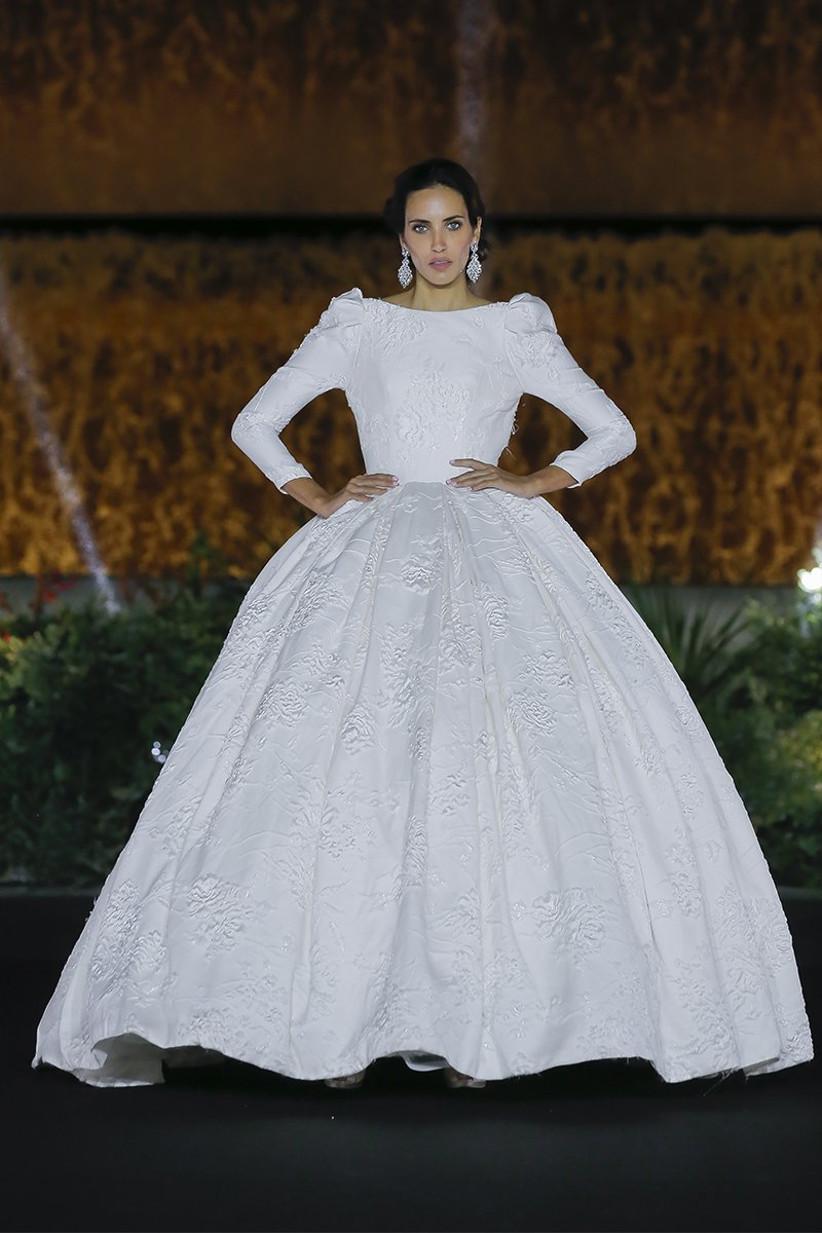 Vestido de novia princesa con falda voluminosa y mangas largas abullonadas, de Amelia Casablanca 2022, ideal para el día de la boda