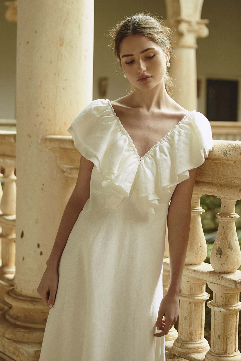 Vestido de novia con volantes en el escote de la colección Bartolomea, de Colour Nude 2021