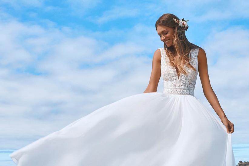 vestido de novia de estilo boho chic con cuerpo ceñido de la colección 2022 de Pronovias, ideal para bodas al aire libre