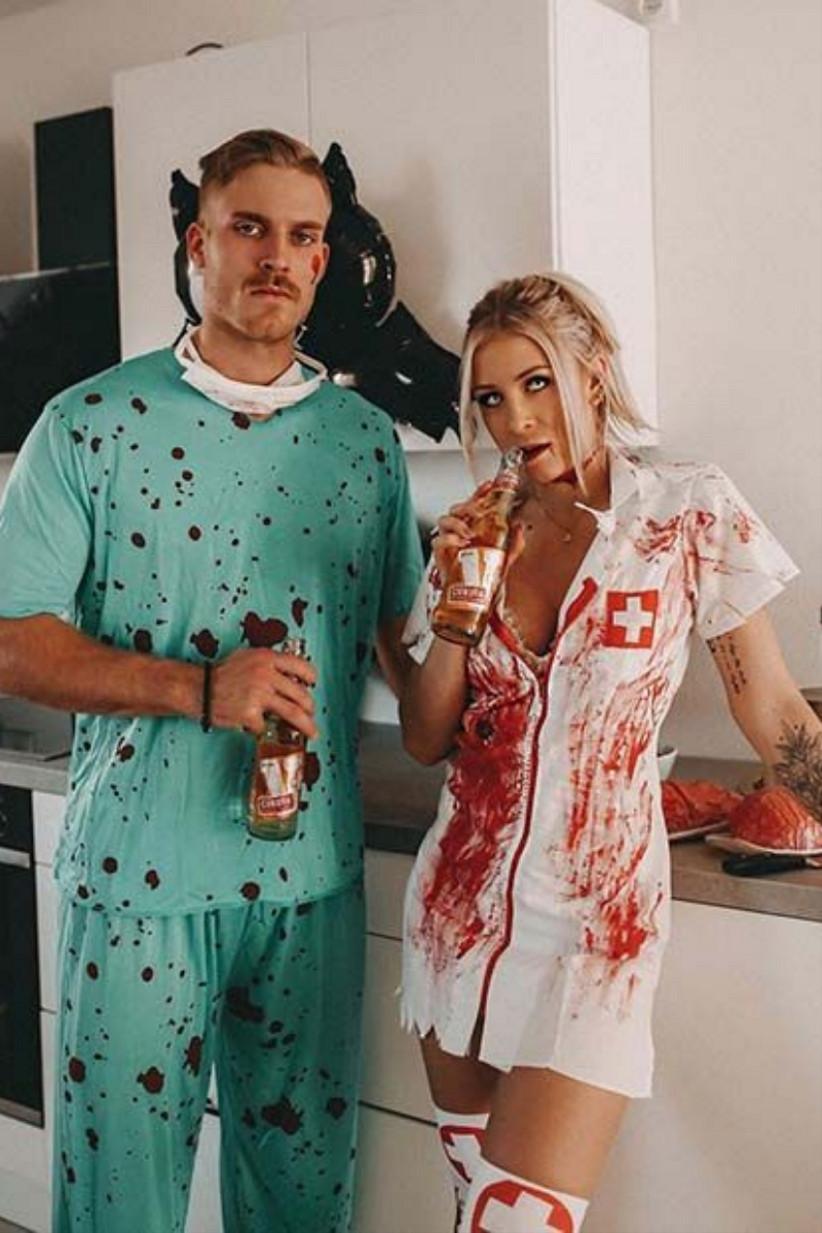 disfraz de cirujano y enfermera manchado con sangre, ideal para celebrar el día de Halloween en pareja
