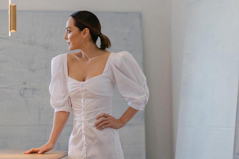 Tamara Falcó luciendo un vestido blanco de la colección Fleur d'Été by TFP, su firma de moda