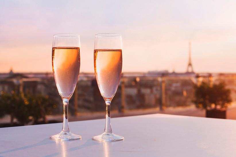 Luna de miel o escapada romántica antes de la boda en París: cena romántica con la Torre Eiffel al fondo