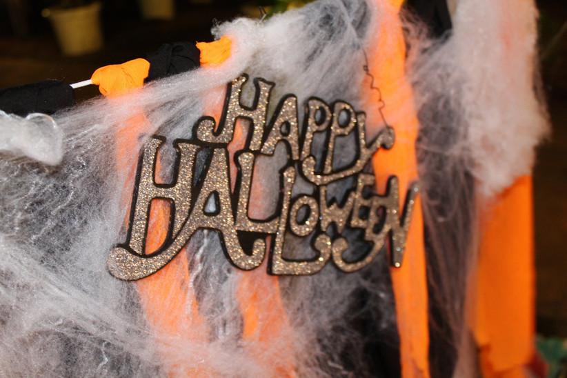 Cartel de happy Halloween en un rincón decorativo el día de la boda