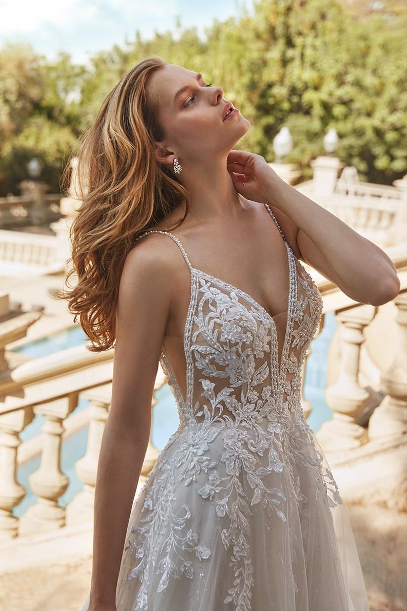 Vestido de novia Demetrios 2022 con tirantes espagueti, encajes, bordados y transparencias