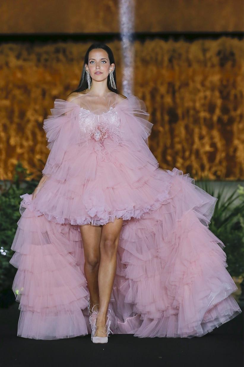Vestido de novia asimétrico de Yolancris 2022 en color rosa con capas de tul ideal para el día de la boda