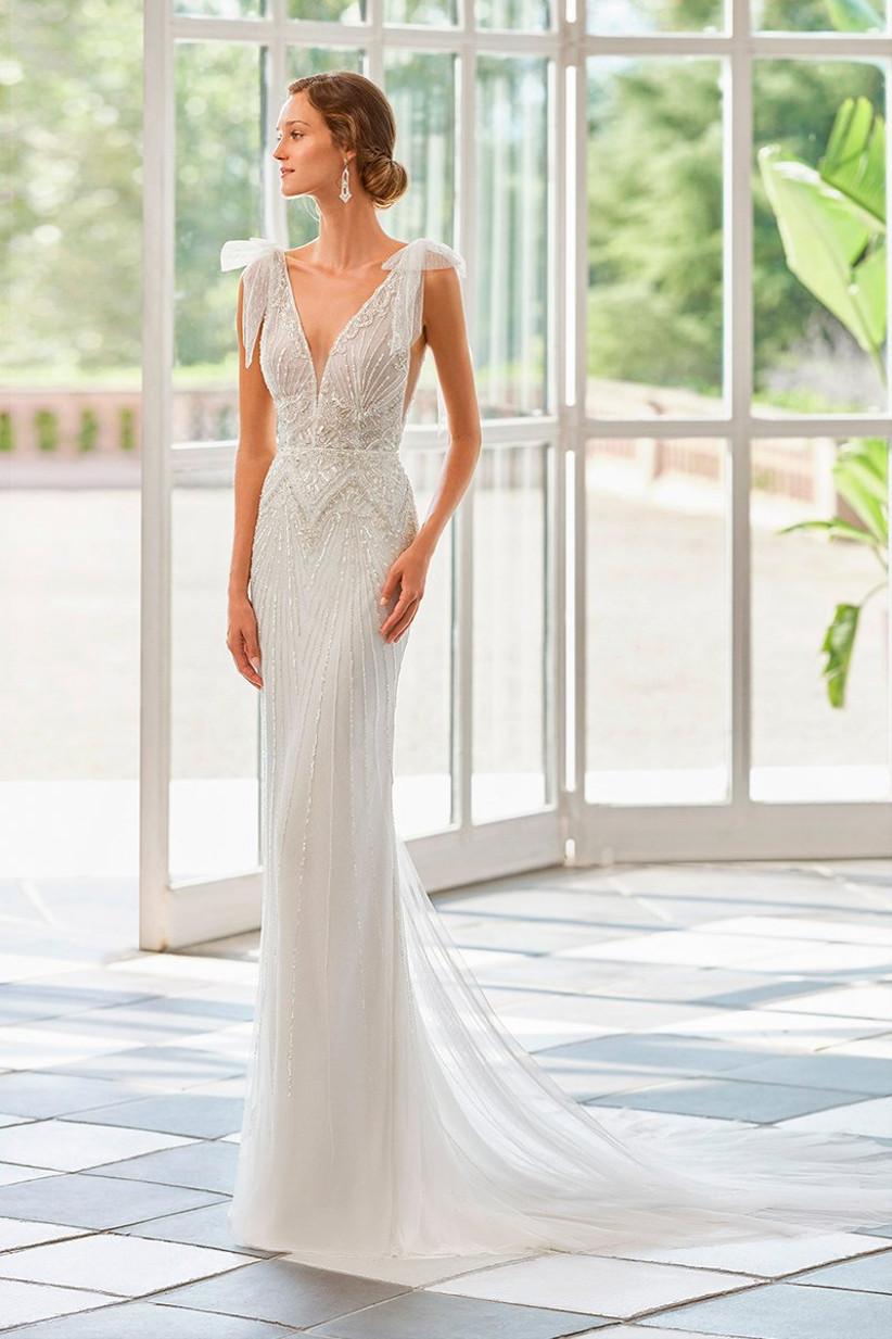 Vestido de novia recto con escote en V y lazos en los hombros de la colección Gatsby de Rosa Clará 2022
