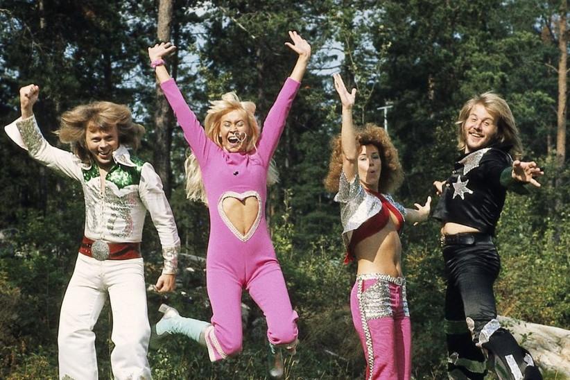 imagen del grupo sueco ABBA en un shooting al aire libre
