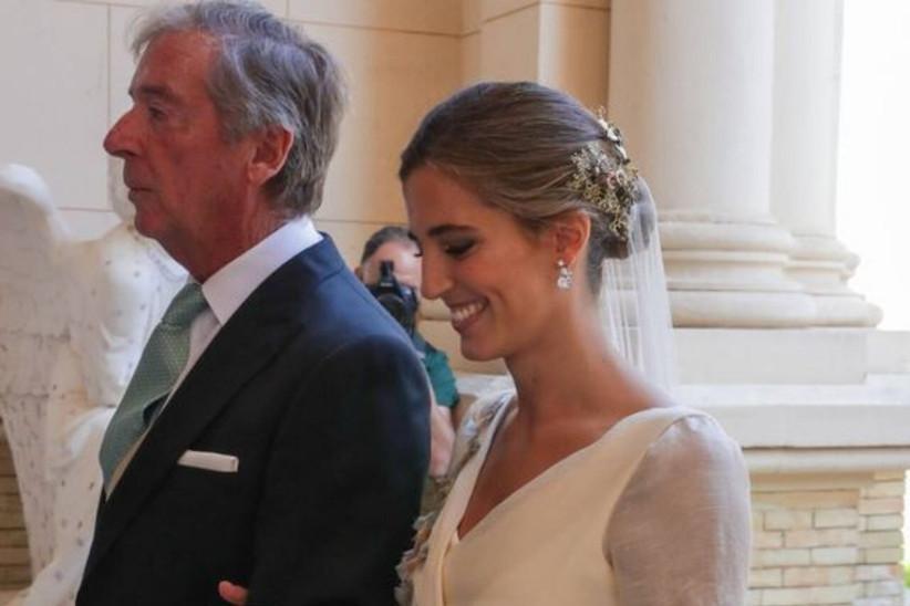 María Corsini a su llegada al altar junto a su padre el día de la boda