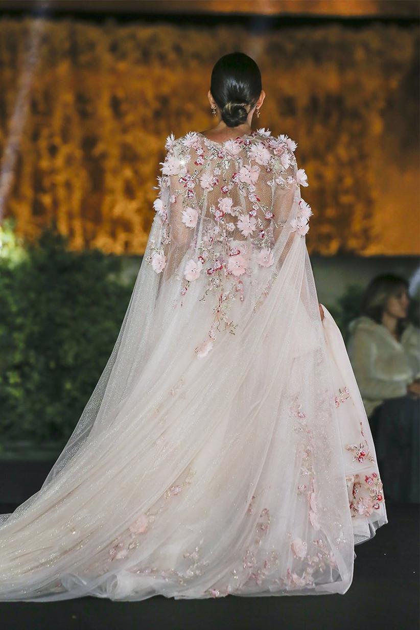 Capa transparente para novia con detalles de flores rosas en 3D, de The Atelier, ideal para el día de la boda