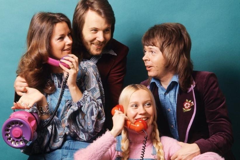 imagen del mítico grupo sueco ABBA en un shooting publicitario con teléfonos antiguos