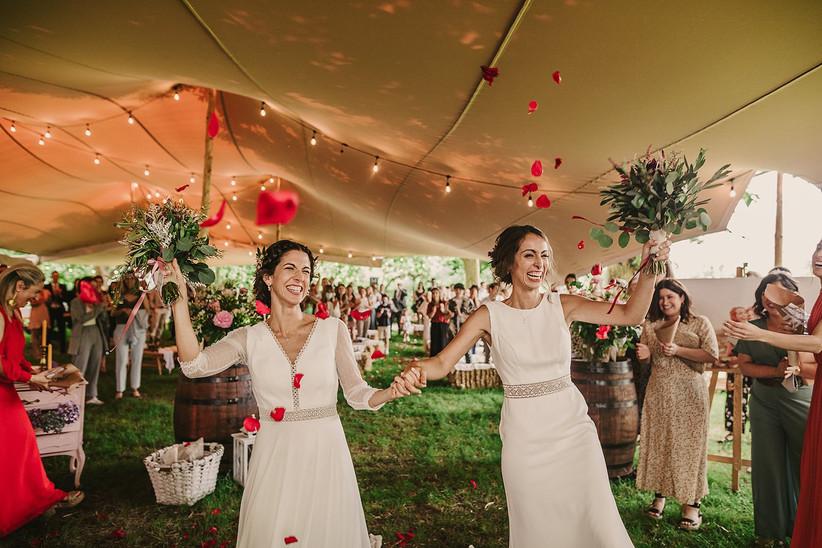 Pareja LGTB+ muy sonriente el día de la boda