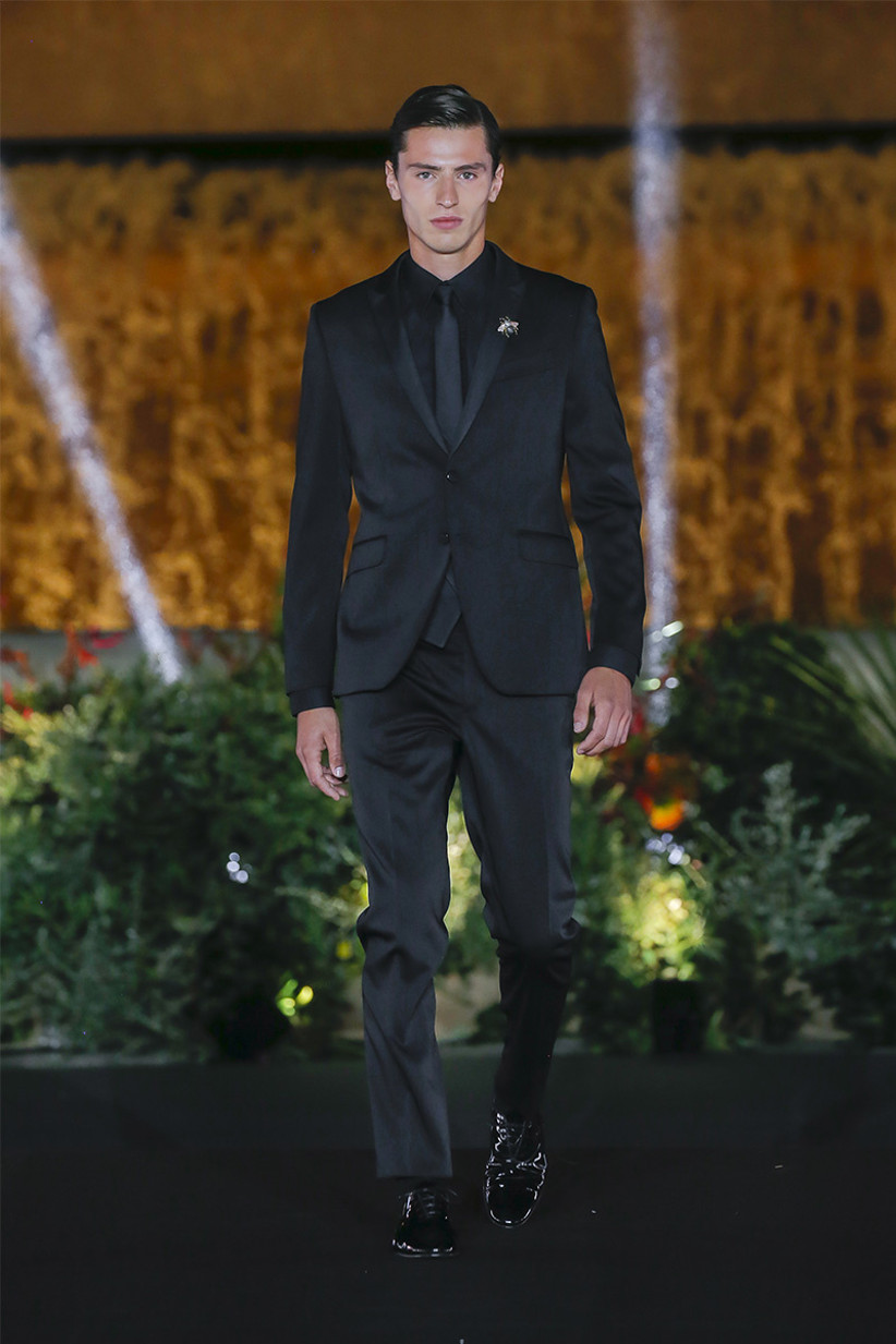 Traje de novio total black de Carlo Pignatelli for Pronovias 2022 con corte slim ideal para el día de la boda