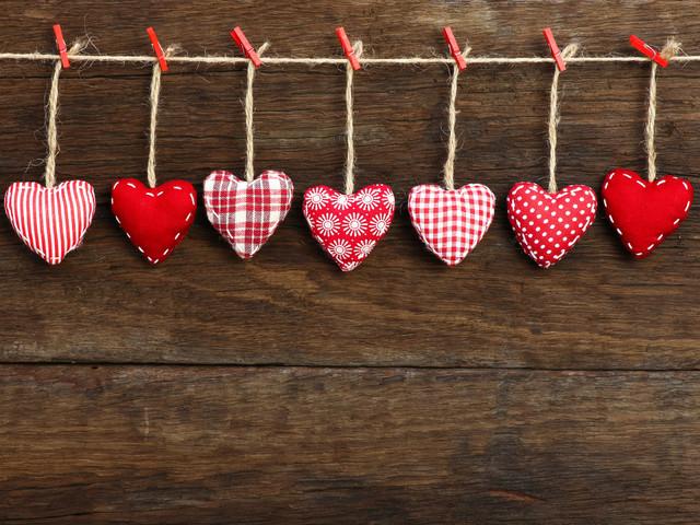 Colgantes en forma de corazón como detalles de boda