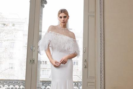 Looks de novia con plumas: vestidos y variados complementos