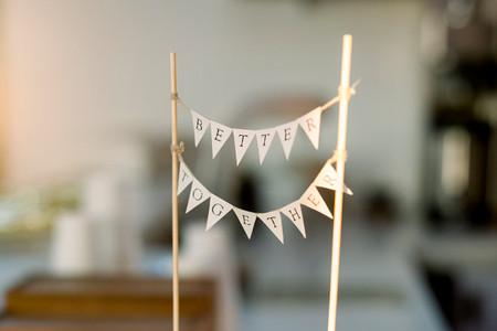 Haced un 'cake topper' de banderines para vuestra tarta de boda