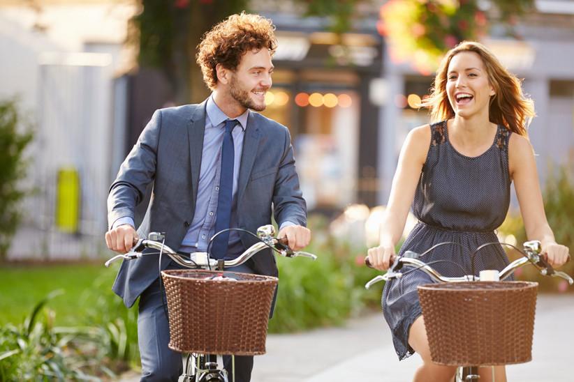 Pareja yendo a trabajar en bicicleta antes de la boda