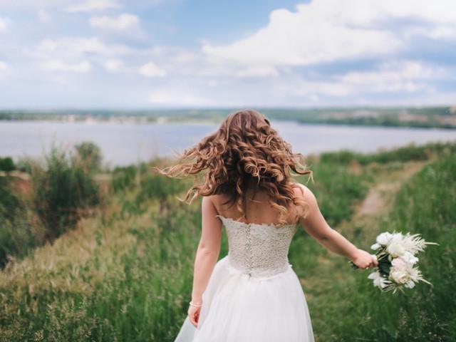 Pelo rizado: guía de cuidados para lucir pelazo en la boda