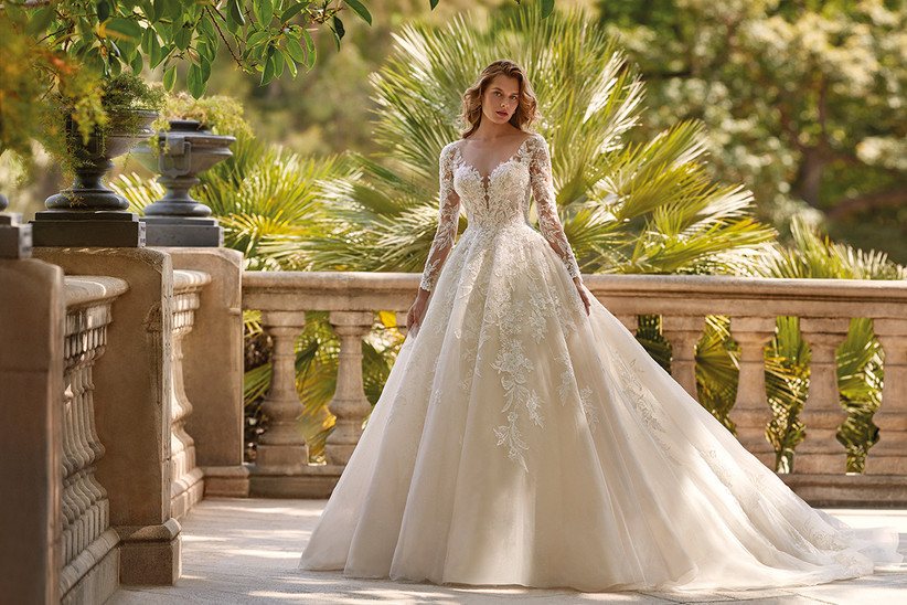 Vestido de novia Demetrios 2022 de corte princesa con manga larga