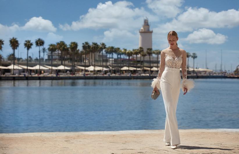conjunto de pantalón de novia y cuerpo con escote efecto tattoo lace de la colección Brisa de Manu García 2022 ideal para novias sexys