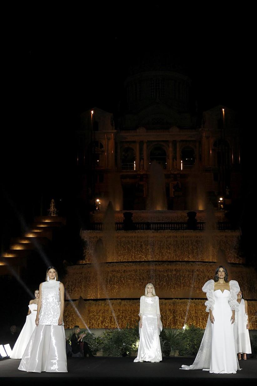 Modelos de vestidos de novia de Jesús Peiró 2022 encima de la pasarela de la BBFW 21
