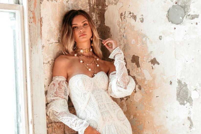 Vestido de novia con manguitos desmontables de la colección Golden Rhapsody de Rue de Seine 2021