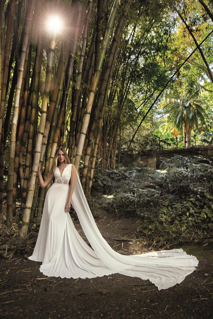 vestido de novia largo con suave caída y capas de tul en los hombros de la colección Amazónica de Valerio Luna 2022 para casarse al aire libre