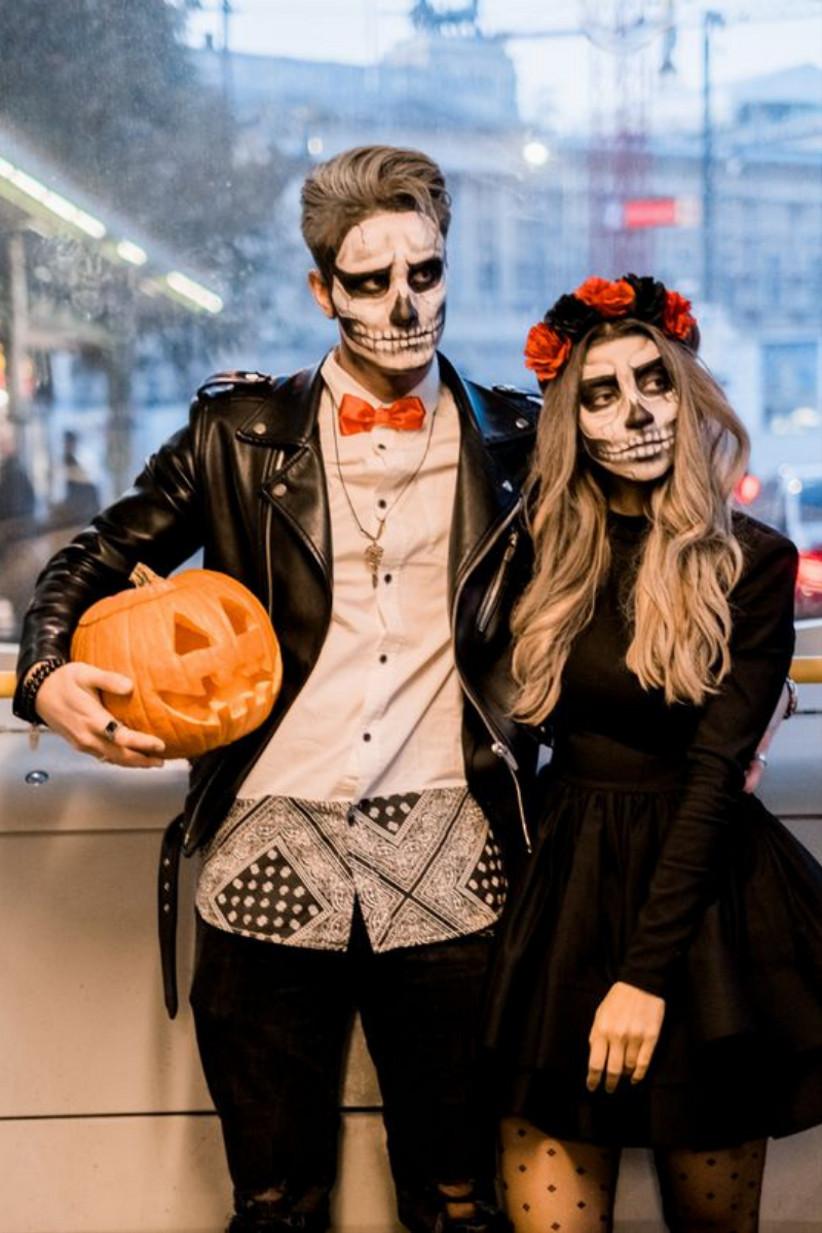 disfraz en pareja con el maquillaje de las calaveras típicas de Catrina, ideal para celebrar el día de halloween