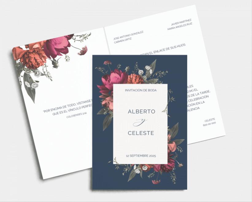 invitación de boda azul y blanca, de la tienda online de Bodas.net, con diseño de flores de diversas tonalidades