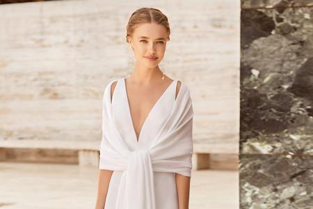 Rosa Clará presenta sus nuevas capas, abrigos y chaquetas de novia