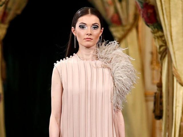 Look de invitada con plumas: ¡la más elegante de la boda!