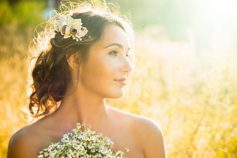 peinado de novia romántico con bucles naturales y tocado sencillo