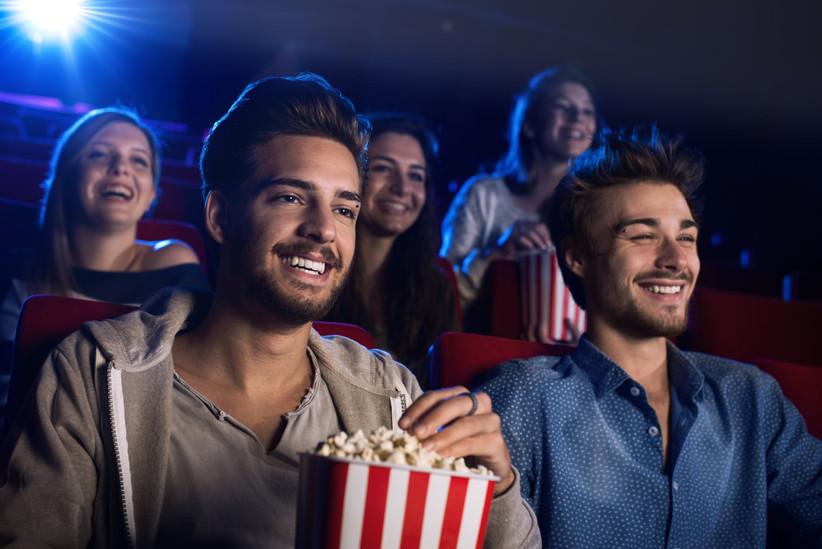 Amigos en el cine disfrutando de una buena película después del día de la boda
