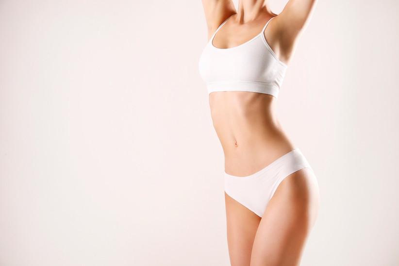 Chica tras depilación láser con lencería de color blanco